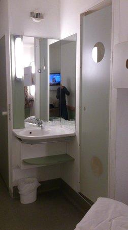 Ibis Budget Roissy CDG Paris Nord 2:                   lavabo et porte d'accès à la douche