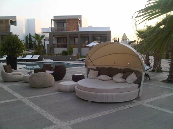 Pelagos Suites Hotel:                                                       Relaxing in one of those lounge beds