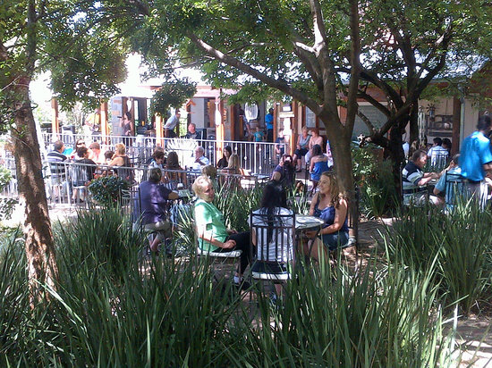 Gia's on Montrose: Buzzing under the trees!