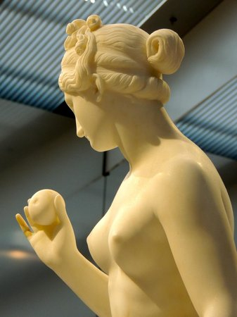 Louvre-Lens:                                     Venus and the Apple, by B. Thorvaldsen (DK), 19th c.