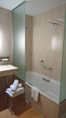 Hotel Levante Club & Spa:                   Baño con bañera y ducha