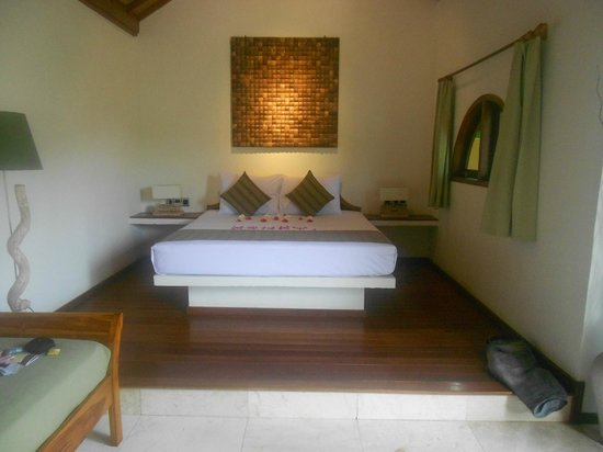 Laguna Gili Beach Resort:                   Bungalow bedroom