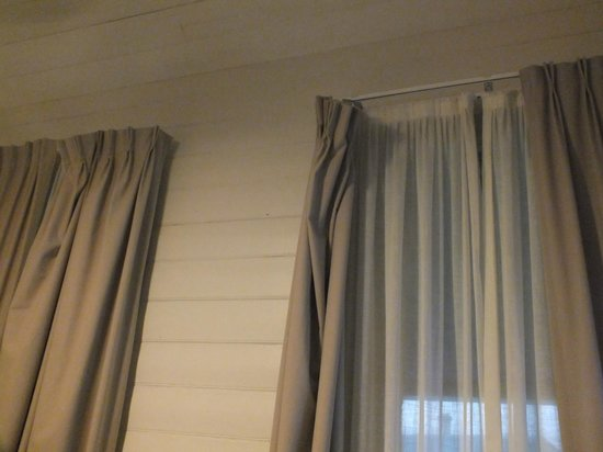 Q Station Sydney Harbour National Park Hotel:                   Curtains were falling down from the rail.