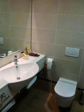 Perla, Casino & Hotel:                   lavabo nella camera 402