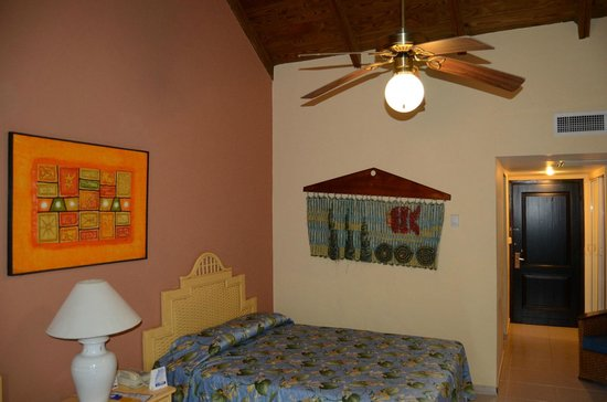 Tropical Princess Beach Resort & Spa:                   Номер. Вентилятор управляется выключателем на стене. На светлой стене регулято