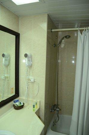 Tropical Princess Beach Resort & Spa:                   Ванная вполне удобная. Есть нитка для сушки белья. Приходится держать включенн