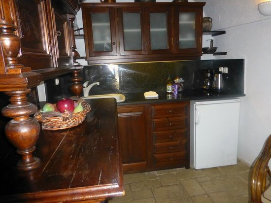 Alexander's Boutique Hotel of Oia:                   Kitchenette in Emerald Room