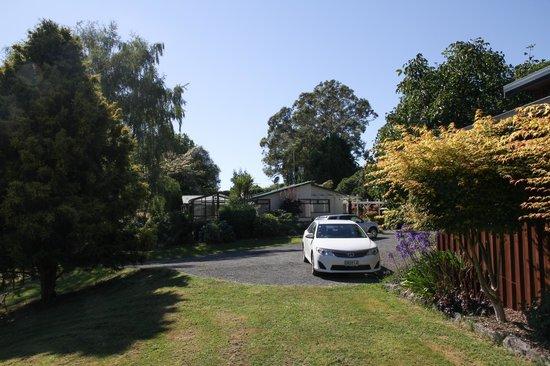 Mokoia Downs Estate B&B:                   Gardens and parking