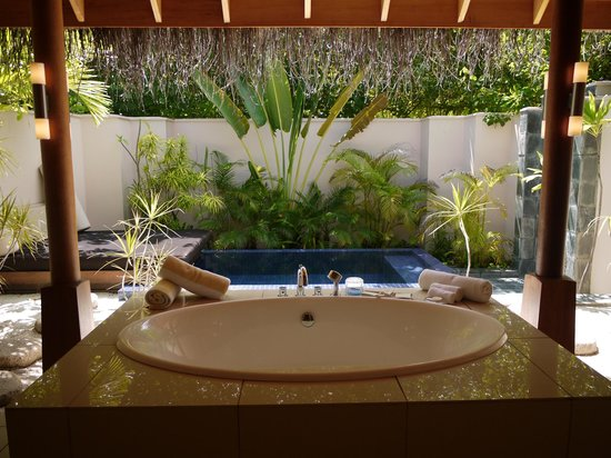 PER AQUUM Huvafen Fushi:                   beach bungalow bathroom and plunge pool