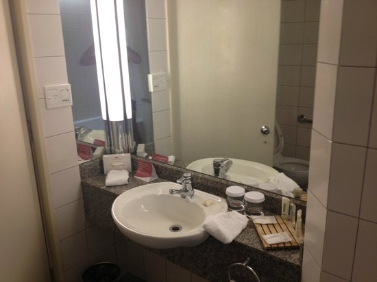 Crowne Plaza Auckland:                   Room Bathroom