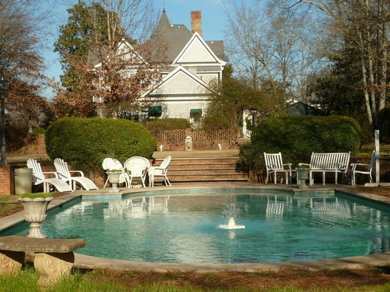 Ashford Manor Bed and Breakfast:                   view from rear, pool area
