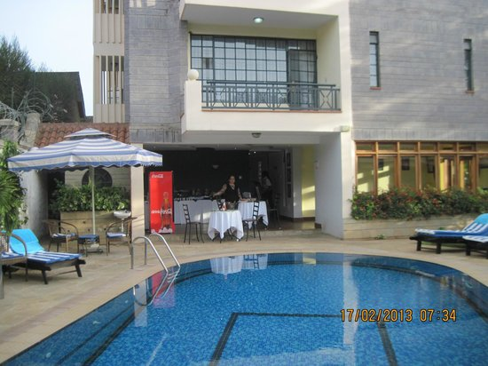Meltonia Luxury Suites:                   Swimming pool and breakfast area