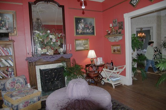 Ashford Manor Bed and Breakfast:                   parlor