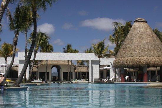 Ambre Resort & Spa:                   Вид на бассейн и ресепшен