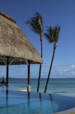 Ambre Resort & Spa:                   Бассейн и пляж