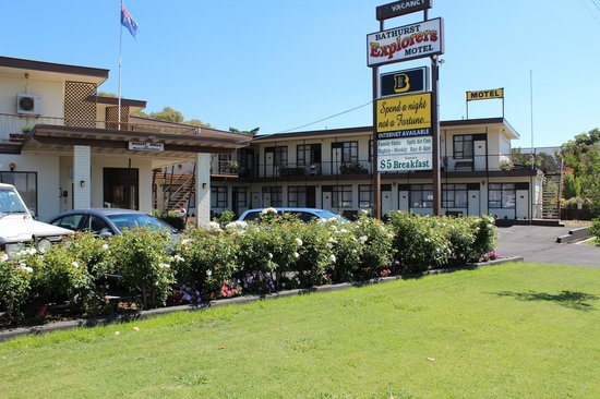 Bathurst Explorers Motel:                   Front of motel