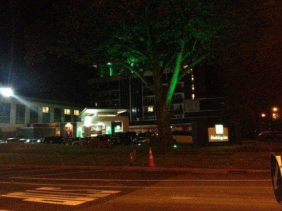 ฮอลิเดย์อินน์ โรโตรัว:                   Hotel entrance view from the road