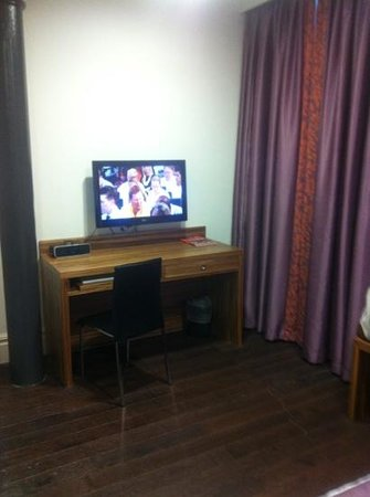 Roomzzz Manchester City:                   tv