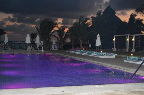 Club Med Cancun Yucatan:                   piscine espace 5 de nuit