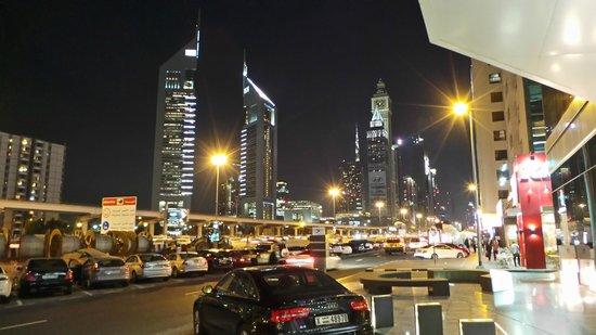 Nassima Royal Hotel:                   Otelin önünden Şeyh Zayid Caddesinin Görünümü