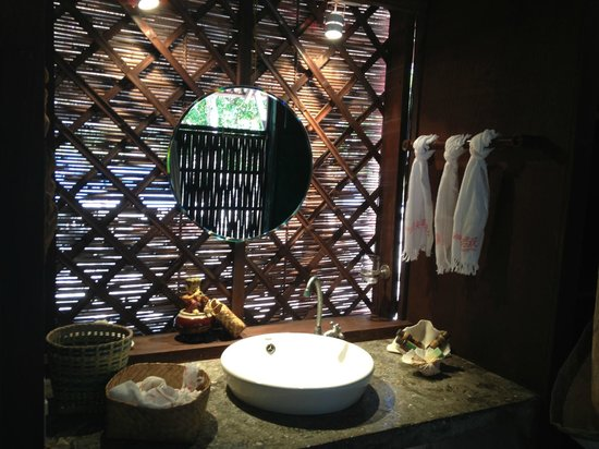 Mangenguey Island:                   bathroom