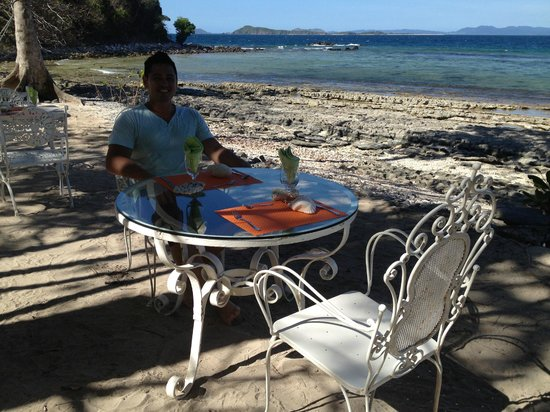 Mangenguey Island:                   lunch outside