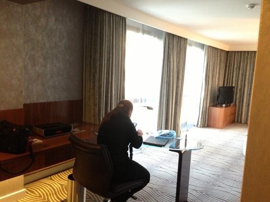Hilton Berlin:                   corner suite 3018