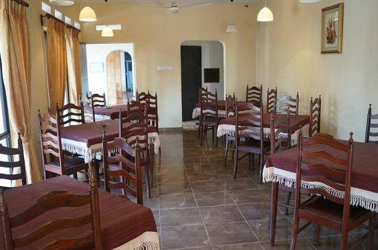 Ocean View Tour Inn: small tables