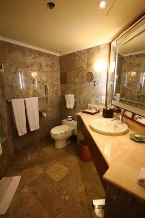 The Laguna, a Luxury Collection Resort & Spa:                                     Salle de bain