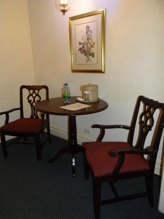 Salisbury Hotel:                   Mesinha em frente à copa