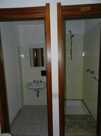 Casa Alpina Motta :                   locali separati per due lavabi ed un locale doccia