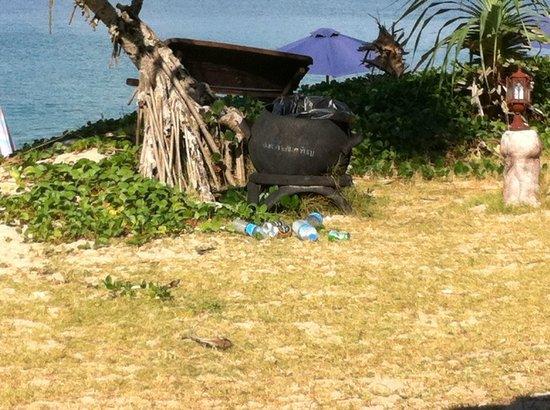 Lanta Nice Beach Resort:                   flaskerne og snavs fik lov til at ligge i flere dage, hvis vi ikke selv rydded