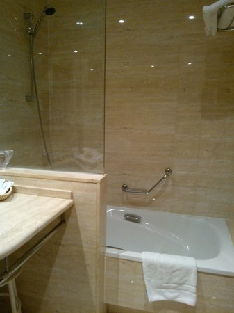Hotel Cordon :                                     We appreciated the bathtub!