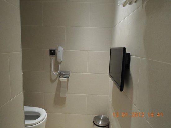 โรงแรมเลโอ:                   Toilet with TV