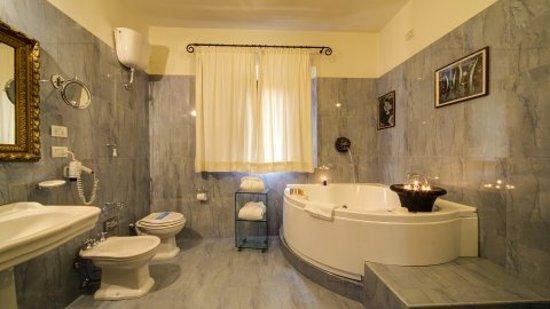 Bagni con vasca Hotel Portici Arezzo **** - Picture of Hotel Portici ...
