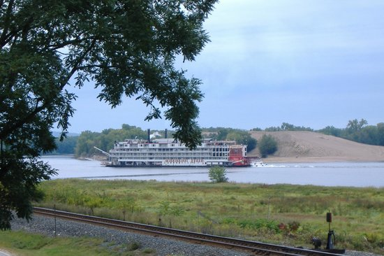 The River Nest B&B: Mississippi Queen out front