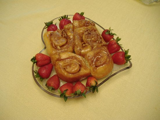 The River Nest B&B: Home made caramel rolls -big favorite