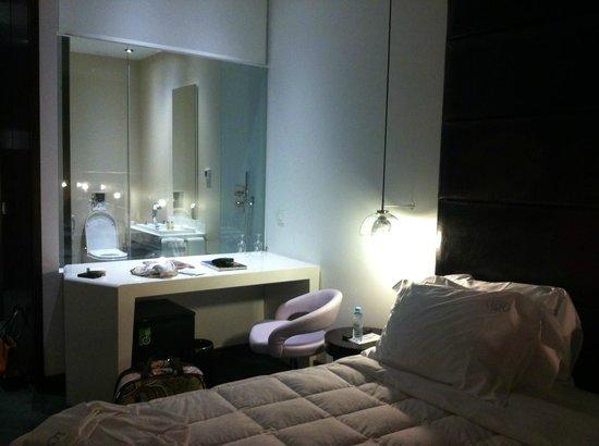 Lisboa Carmo Hotel:                   Habitación y baño