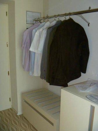 One Hotel:                   Donde colgar la ropa