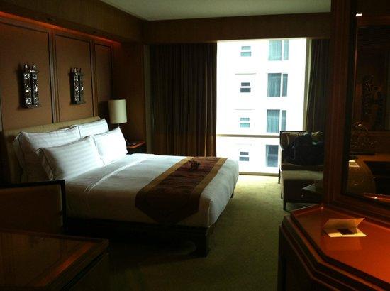 โรงแรมคอนราด กรุงเทพ:                   cama enorme con almohadas que atrapan