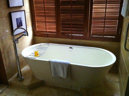 Conrad Bangkok Hotel:                   bañera preciosa
