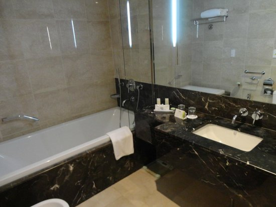 Talatona Convention Hotel: Bathroom