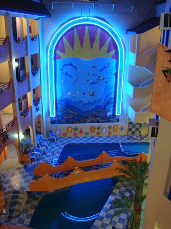 Real del Mar:                   Desde el interior del hotel, vista a la laberca