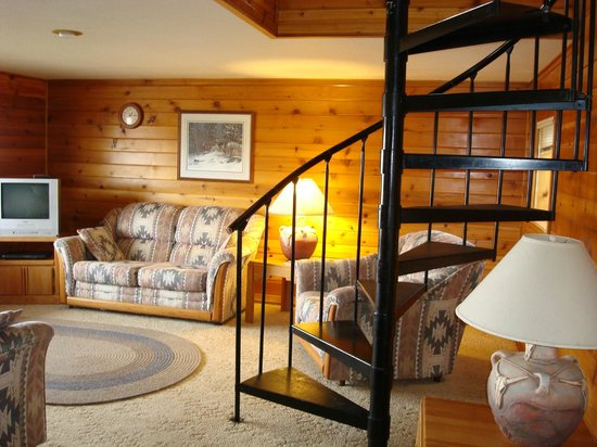 Above the Rest Lodge : Living room area and spiral staircase