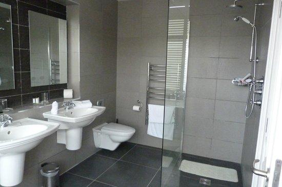 Crieff Hydro Hotel and Resort:                   shower