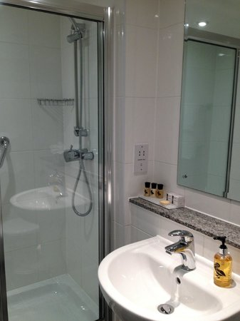 Strand Palace Hotel:                   Bathroom