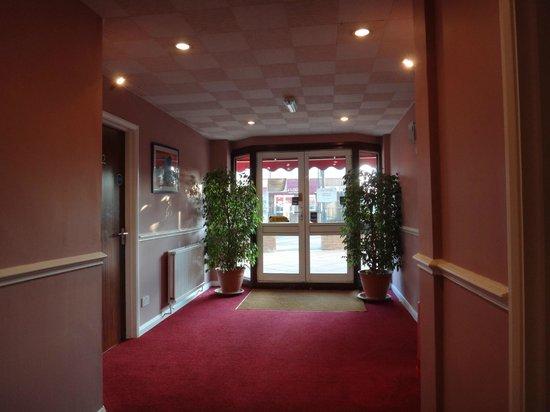 A J Lodge Guest House: Entrance area