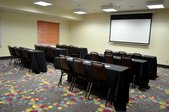 Holiday Inn Express & Suites Omaha West: Meeting Room- 625 Sq feet