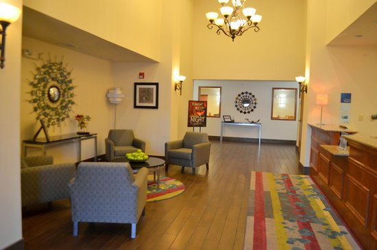 Holiday Inn Express & Suites Omaha West: Lobby