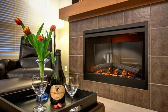 Sooke Harbour Resort and Marina: Living Room Fireplace